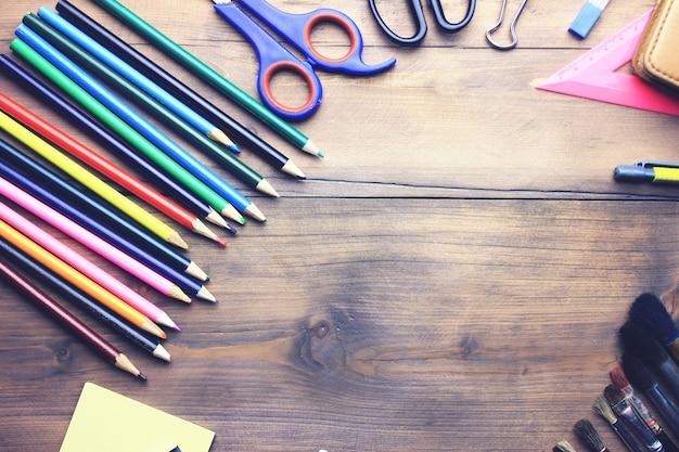 Aquarelle, pinceaux, crayons et ciseaux sur table