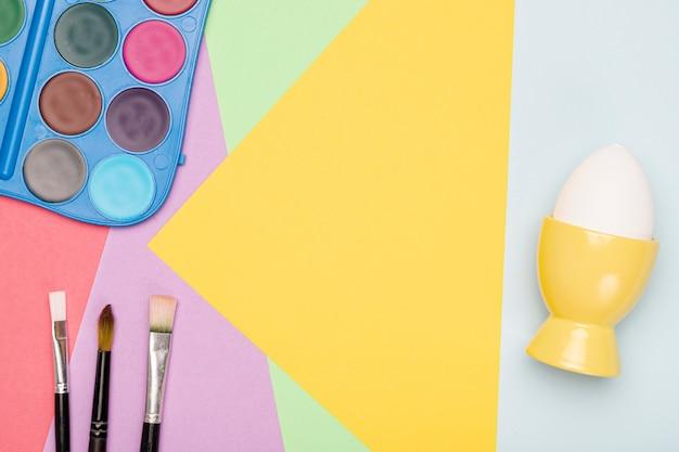 Aquarelle avec pinceaux pour peindre des œufs