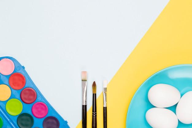 Aquarelle et pinceaux pour peindre des œufs
