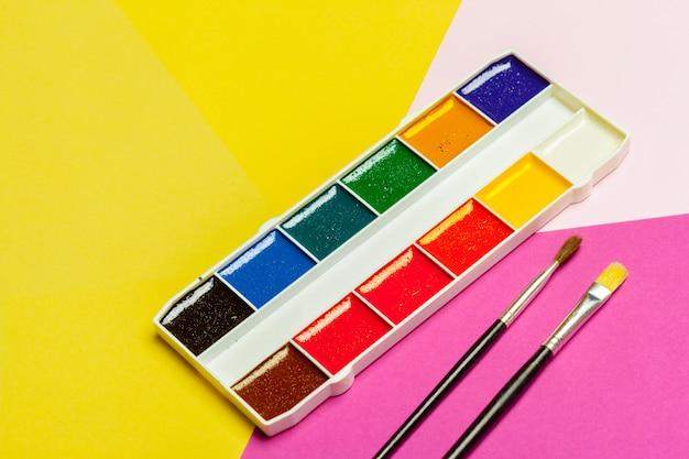 Aquarelles sur papier coloré