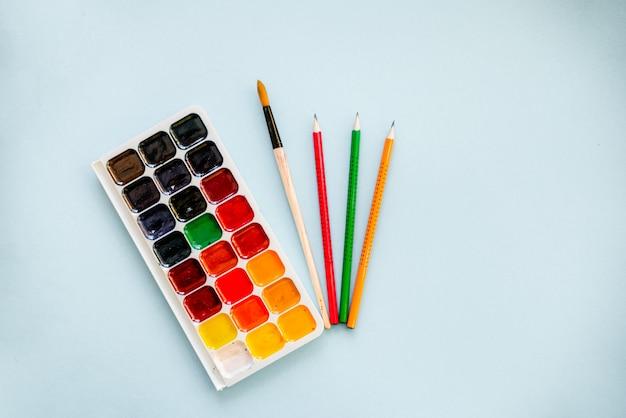 Aquarelles avec un pinceau et des crayons