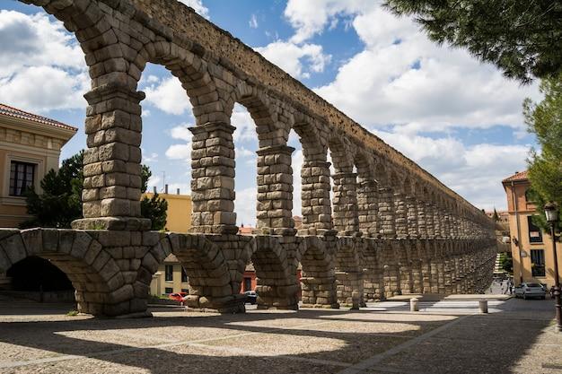 Aqueduc romain en pierre à ségovie, espagne.