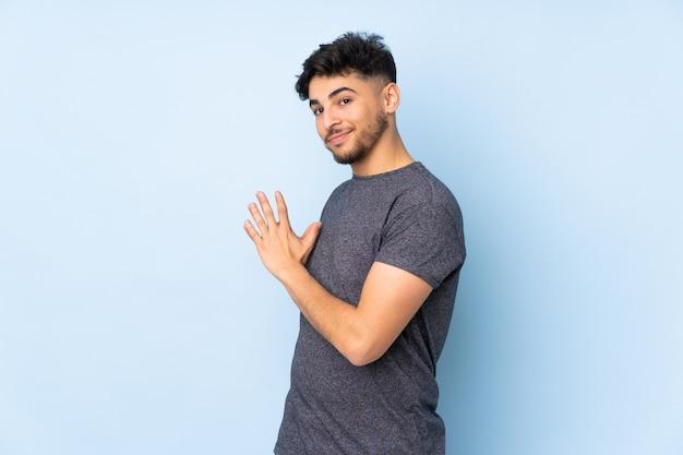 Arabe bel homme sur mur complotant quelque chose