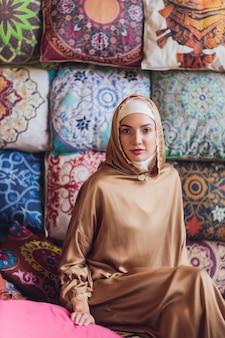 Arabe jeune femme musulmane assise dans un café.