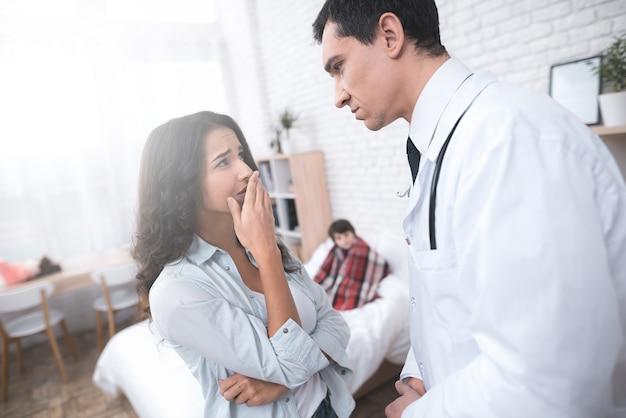 Arabian doctor consulting un parent malade enfant.