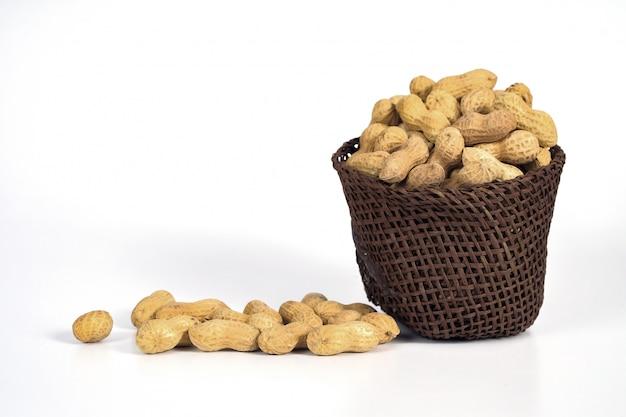 L'arachide déborde du panier.