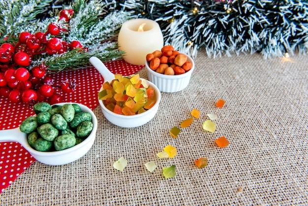 Arachides colorées et fruits confits colorés sur une table de noël