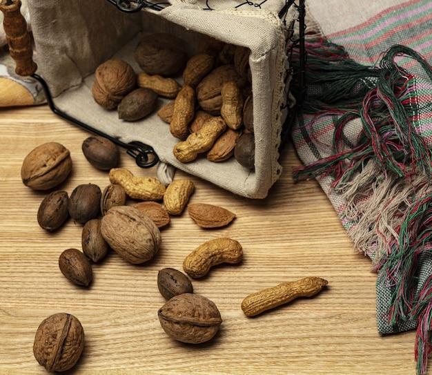 Arachides noix amandes sur fond de bois