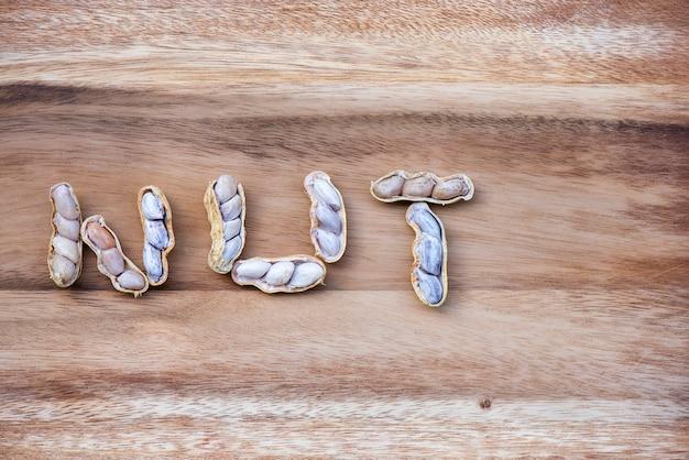 Arachides posées sur du parquet