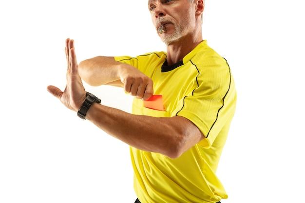 Arbitre montrant un carton rouge et faisant des gestes à un joueur de football ou de football tout en jouant isolé sur un mur blanc. concept de sport, violation des règles, questions controversées, obstacles à surmonter.