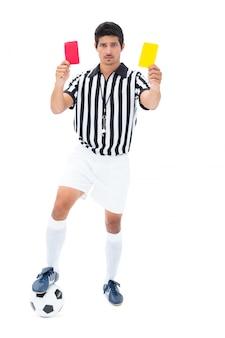 Arbitre sérieux montrant un carton rouge et jaune