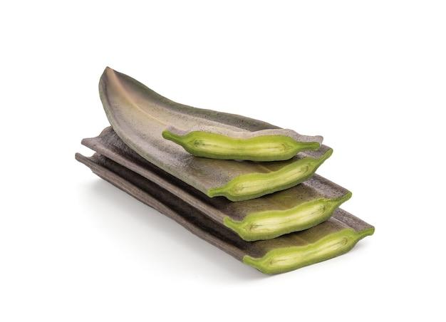 Arbre aux os cassés ou fruits d'oroxylum indicumon isolés sur une surface blanche avec un tracé de détourage.