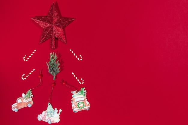 Arbre de bannière de noël, étoile, bonbons, jouet, voiture, sur fond rouge