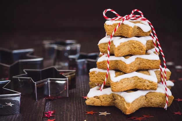 Arbre de biscuit de noël fait avec du biscuit en étoile de pain d'épice de nouvel an pasrty décoré