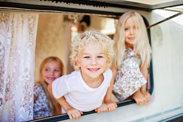 Arbre blond enfants regardant le camping-car