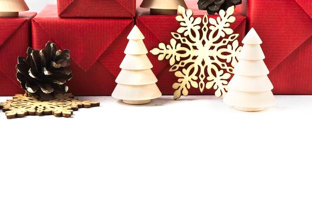 Arbre de décoration en bois écologique de noël et flocon de neige avec fond de cadeaux