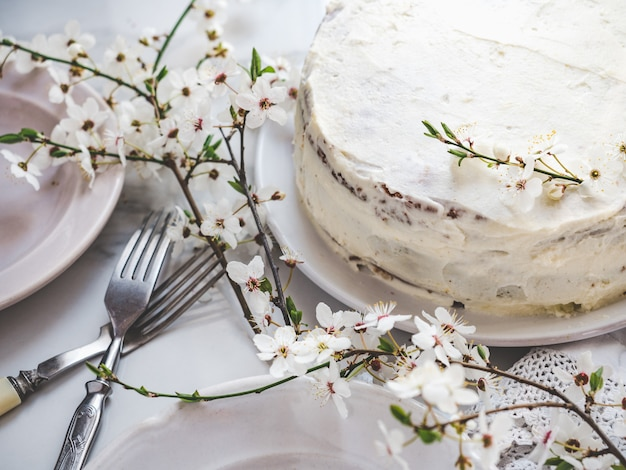 Arbre en fleurs et gâteau frais fait maison. fermer