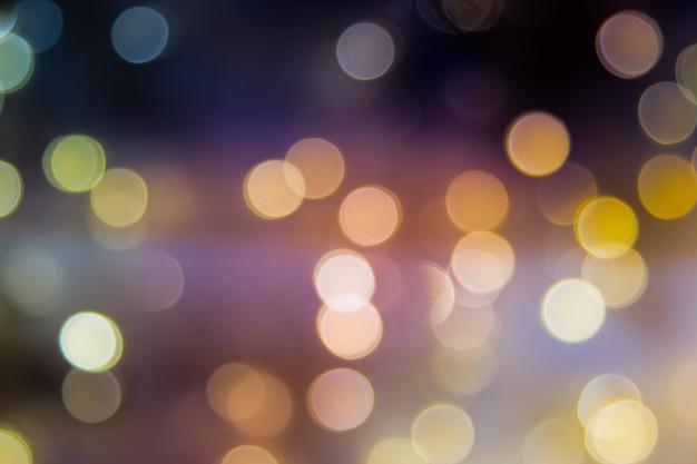 Arbre de noël abstrait flou orné d'une boule disco miroir