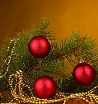 Arbre de noël avec de belles boules du nouvel an sur une table en bois sur fond marron