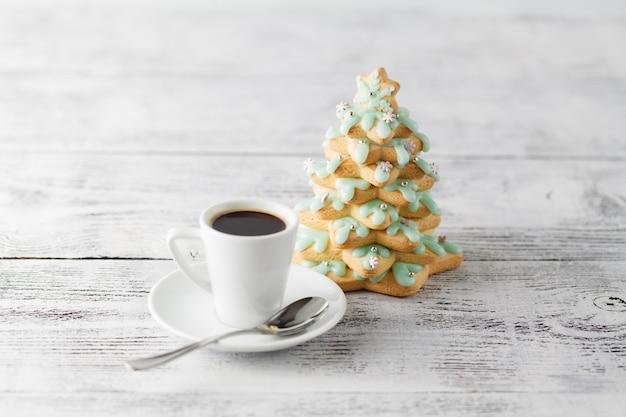 Arbre de noël de biscuits de pain d'épice et tasse de café