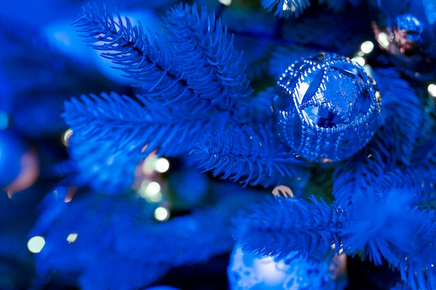 Arbre de noël bleu classique avec des ornements