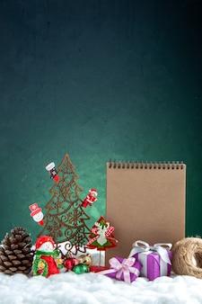Arbre de noël en bois vue de face avec cahier de pommes de pin jouets