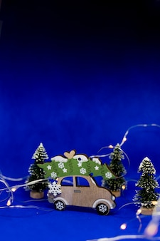 Arbre de noël et cadeau sur le toit de la voiture.