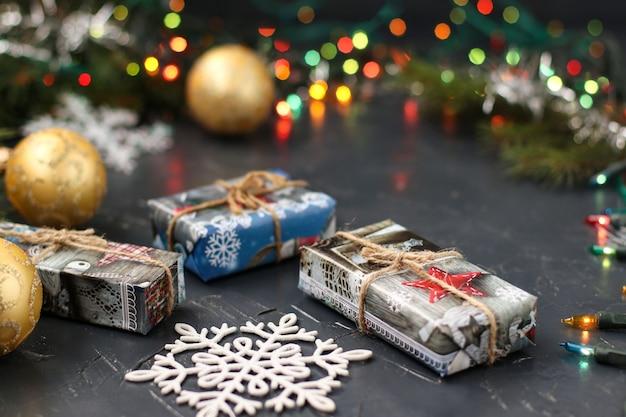 Arbre de noël avec des cadeaux, des boules et des flocons de neige
