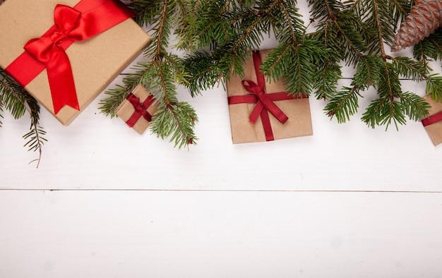 Arbre de noël avec des cadeaux faits à la main sur bois blanc