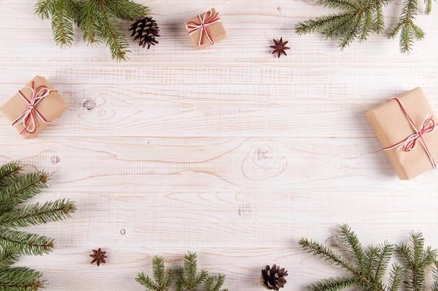 Arbre de noël, cadeaux et pommes de pin, fond. carte de voeux avec place pour le texte.