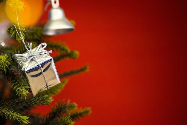 Arbre de noël avec une cloche et un cadeau