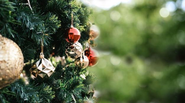 Arbre de noël et coffret cadeau sur fond flou vert flou. notion de nouvel an.