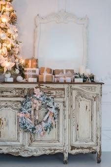 Arbre de noël sur commode en bois commode bureau en intérieur blanc