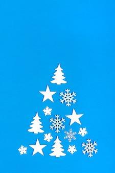 Arbre de noël créatif. arbre de noël fabriqué à partir de décorations de noël sur bleu avec copie vide
