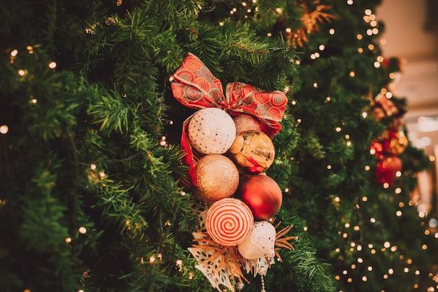 Arbre de noël avec décoration boule avec lumière sur l'arbre. fond de vacances de noël et du nouvel an. ton de couleur vintage. fermer .
