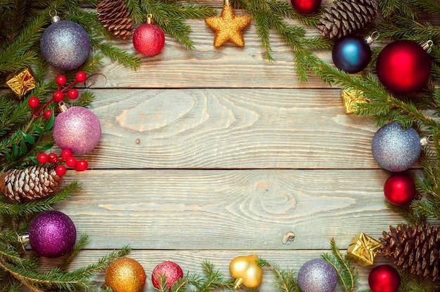 Arbre de noël avec décoration sur une planche de bois. jouet de noel nouvel an. fond