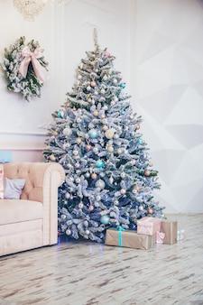 Arbre de noël avec des décorations et des cadeaux. mise au point sélective.