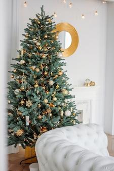 Arbre de noël décoré avec des cadeaux dans un salon lumineux