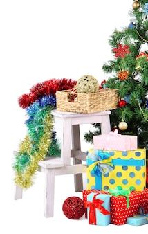 Arbre de noël décoré avec des cadeaux isolés sur blanc