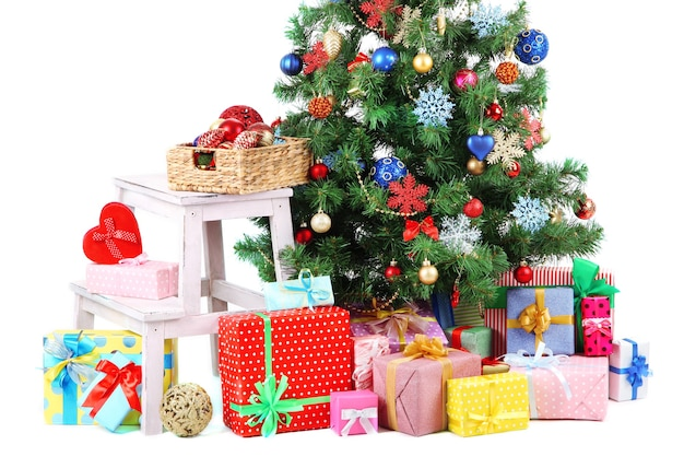 Arbre de noël décoré avec des cadeaux isolés sur une surface blanche