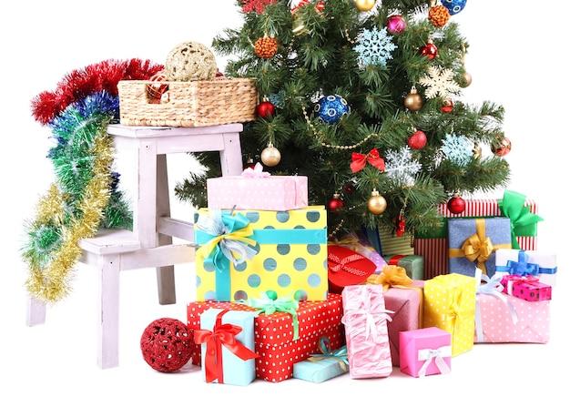 Arbre de noël décoré avec des cadeaux isolés