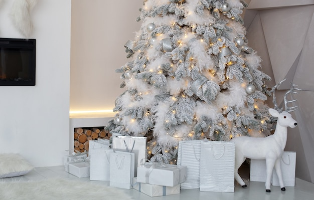 Arbre de noël décoré avec des cadeaux