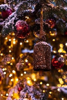 Arbre de noël décoré de cloches et boules vintage sur un résumé flou mousseux