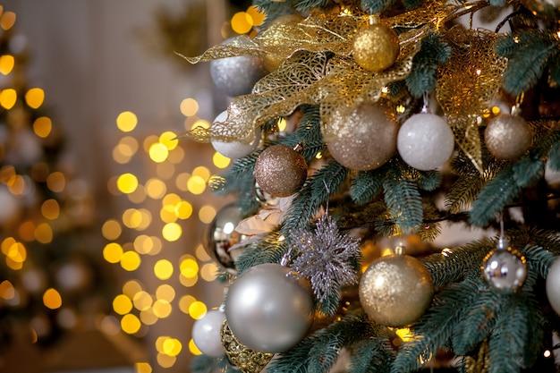Arbre de noël décoré sur fond flou, étincelant et féerique
