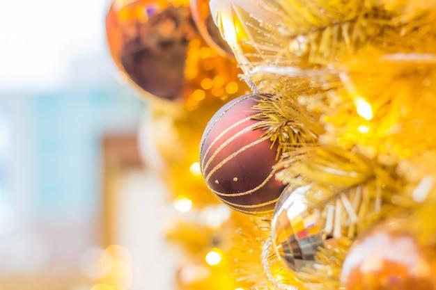Arbre de noël décoré sur fond flou, pétillant et féerique