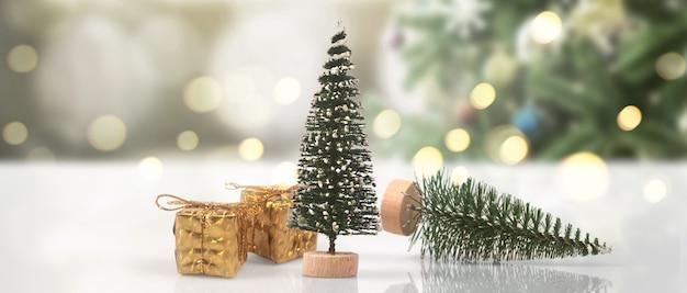 Arbre de noël décoré suspendu à des boîtes-cadeaux et des ornements de branches de pin