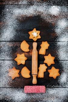 Arbre de noël fabriqué à partir de biscuits en pain d'épice sur une vieille surface en bois.