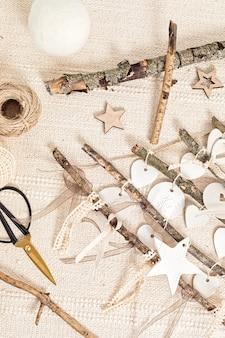 Arbre de noël fait main zéro déchet avec des ornements en argileb. décorations de noël en bois écologiques. bricolage alternatif sans déchets décor saisonnier, pose plate, vue de dessus