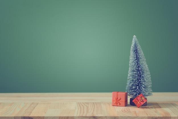 L'arbre de noël festif se dresse sur des panneaux lumineux.