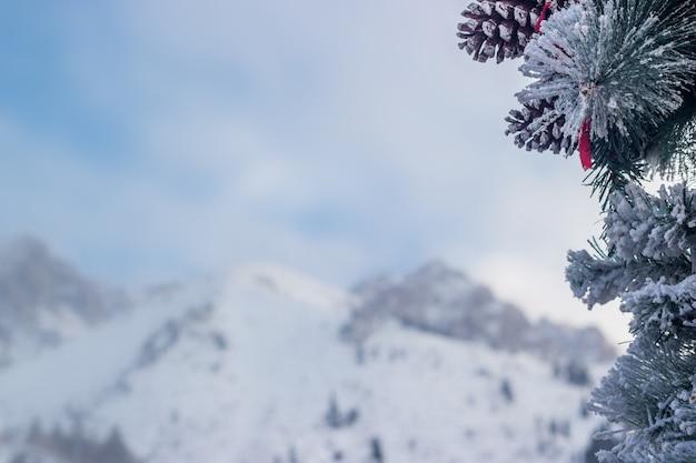 Arbre de noël et fond de montagne, flou. bonne année et thème de noël.